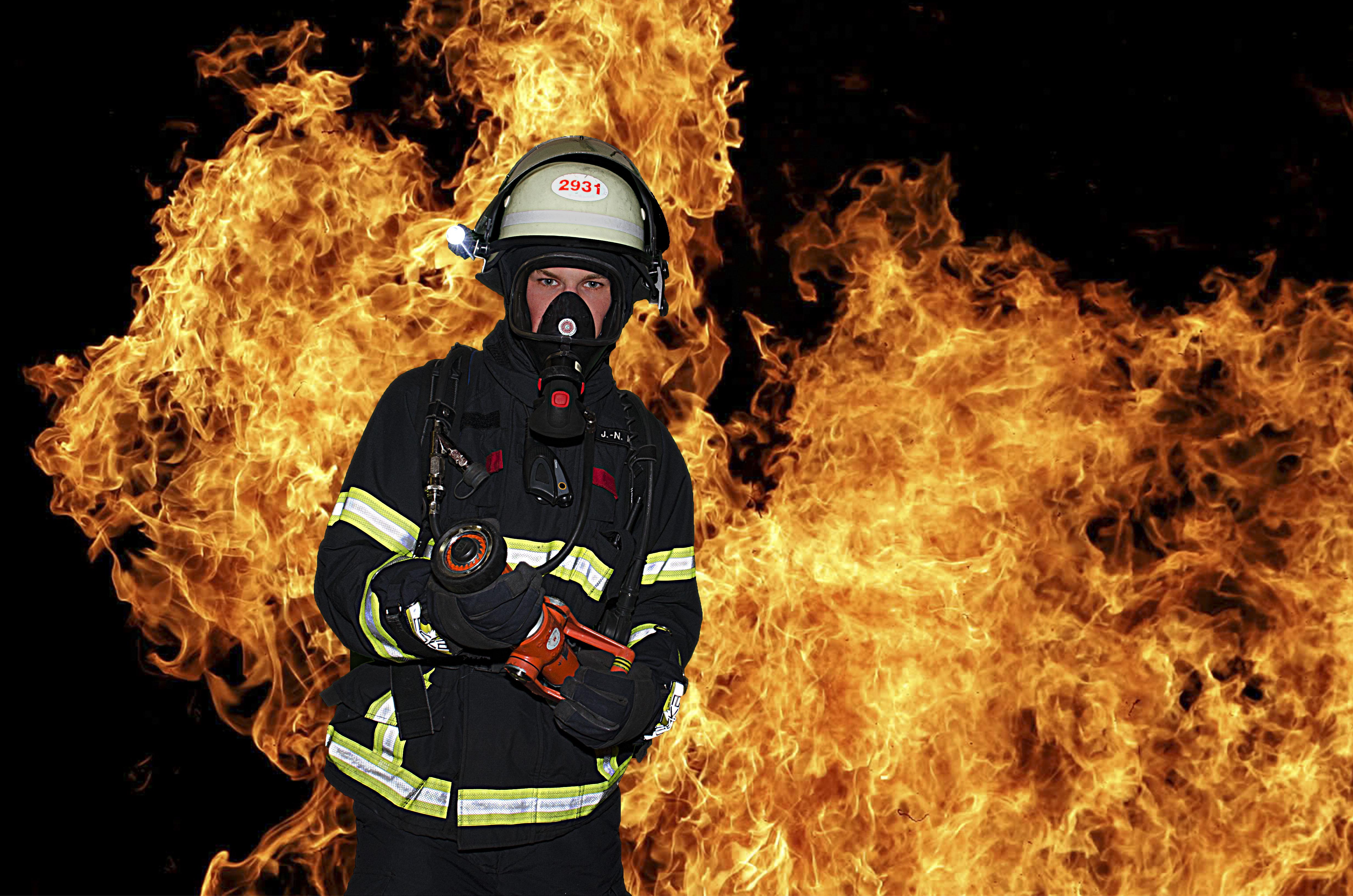 feuerwehrmann_vor_Flammen